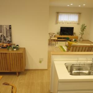 キッチンの背面の壁、ダイニングの壁に収納家具を提案!24帖と広いL字型のLDKをコーディネート!