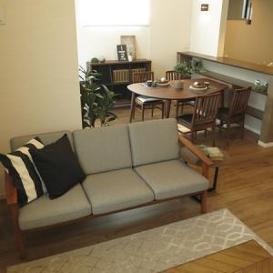 丸い照明に合わせて丸みのある家具を提案!高天井の明るいダイニングが特徴の住宅に家具を提案!