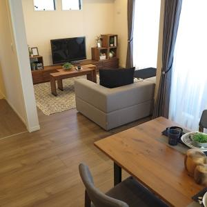 ダイニングテーブルの向き、設置場所を変えることでキッチンカウンターが活用できる家具の配置術を紹介