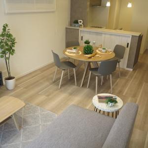 白っぽいサテンチェリー柄の床にホワイトナチュラル色の家具とグレー色の家具を提案したコーデ