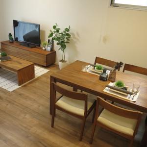 メープル柄キャメル色のフローリングには経年変化したウォールナット無垢材の家具がピッタリ!