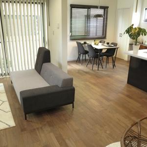 期間限定のモデルハウスに家具を提案!ブラック&グレー色をテーマカラーとしたモダンスタイルのコーデ
