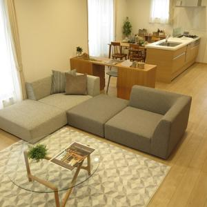 LDKが20畳!広いリビング空間を活かす家具の配置術!デスクでリビングとダイニングを間仕る提案