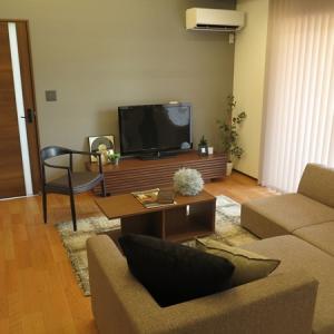 家具の色は床の色よりもドア・扉の色や壁紙の色に合わせるべし!20帖弱のLDKに家具を提案!