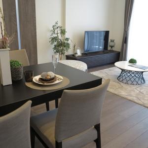 かっこいい!グレー色のインテリア!グレイクリ柄の床とドアにグレー色とブラック色の家具を提案!