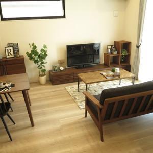 グレー系の内装と相性がいいウォールナット材の家具!ウォールナットブラウン色で統一したコーデを提案
