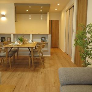 サクラ柄の床とドアという内装に合う家具は?家具の色が異なる2パターンのコーデを比較してみました