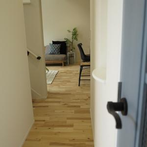 6帖のリビング空間でも横長、長手方向に家具を置くと広いリビングとなり、大きなソファが置けます!