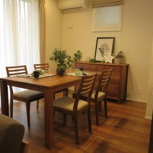 理想的なダイニングスペースは四畳半以上!ダイニングテーブルをキッチンと平行、垂直どちらも置ける!