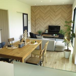 オーク材の家具、古材の家具、ブラック色の家具をミックスしたコーディネート事例をご紹介