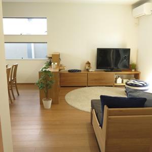 ベンチをテレビボードとして使用!間取りの特徴、ダイニングの照明位置に合わせた家具の配置提案を紹介