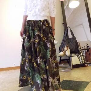 サマーダークなボタニカルプリントのスカートと緑の塔