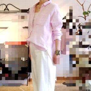 ピンクのシャツカラーブラウス 甘さを抑えたシンプルな大人のコーディネート
