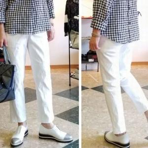 ジャカード織りの白いパンツで大人の綺麗めコーディネート