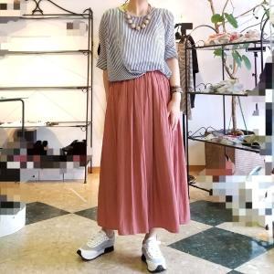 綺麗なテラコッタのロングスカート ふんわり揺れる初秋色