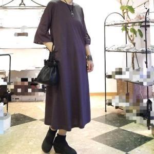 滅紫ケシムラサキ色のワンピース バックスタイルと重ね着を楽しむカットソー