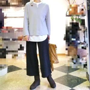 便利な重ね着用の白いロングTシャツ 冬はニットでレイヤード