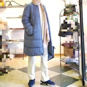 ノーカラーで着る綺麗なブルーのダウンコート 2ways collar
