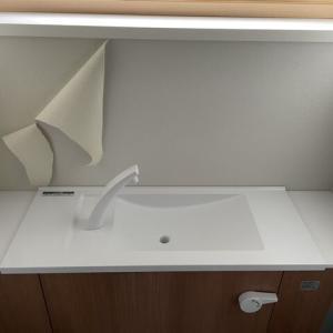 今日は余ったエコカラットを1階のトイレと2階のトイレに貼り付けました!