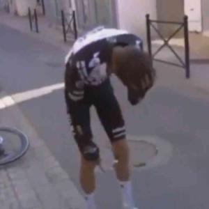ジョージ・ベネットの落車でヘルメットが崩壊!パリ~ニース第2ステージ