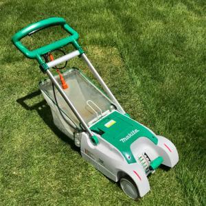 梅雨の晴れ間を狙って、今季2度目の芝刈り