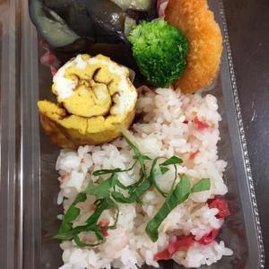 お昼の弁当、茄子や冷凍食品も入れてこれで300円くらいかな
