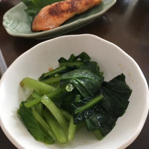 サーモン漬け焼き、もずく酢、小松菜のおひたし、サラダ、ヨーグルト、お茶