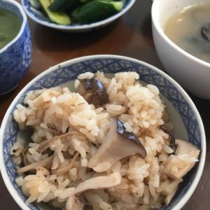 きのこご飯、きゅうりの浅漬け、シジミの味噌汁