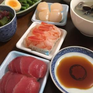 プチ贅沢、デパ地下のにぎり鮨、いんげんのグリーンオイルかけ、しじみの味噌汁、サラダ、抹茶あずきかんてん