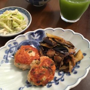 鶏むねひき肉の味噌焼き、梅干しと塩昆布和えご飯、キャベツの酢漬け
