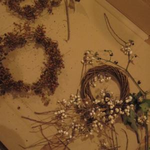 木の実や雑草でクリスマスリース作り