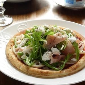 生ハム、蓮根、水菜のサラダピザ
