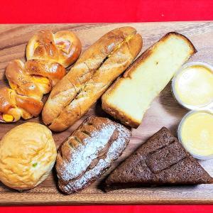 コスパ優秀 焼きたてパンが108円 バナナジュースは250円 【ミエル】