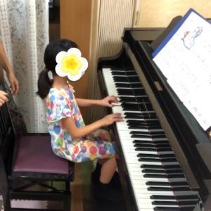 歌いながら弾く小2Aちゃんは、いつもニコニコ元気(動画)