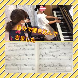 小学生、自分で楽譜に書き込んできました。