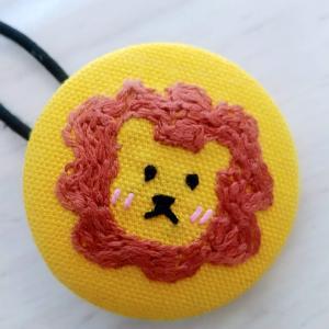 くるみボタンでヘアゴム(ライオンの刺繍)