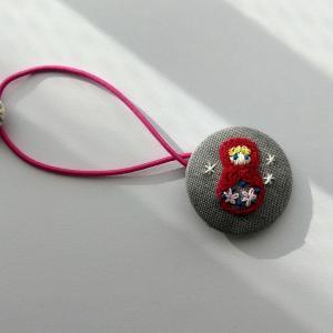くるみボタンでヘアゴム(だるま女子の刺繍)