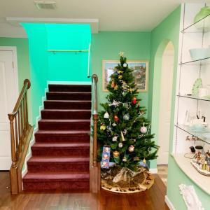 今年からは本物より本物らしいクリスマスツリーにしました。