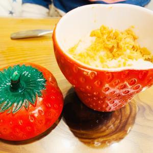 ヘーゼルアトラスのイチゴジャーでご飯を食べる子供。
