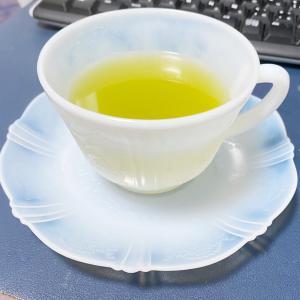 薄いミルクグラスでお茶。