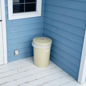 落ち葉用ゴミ箱。