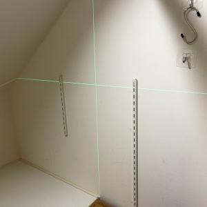 ついにレーザー水準器まで用意して棚を作りつけました。