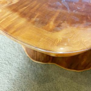 屋久杉テーブルに透明シートで傷防止。