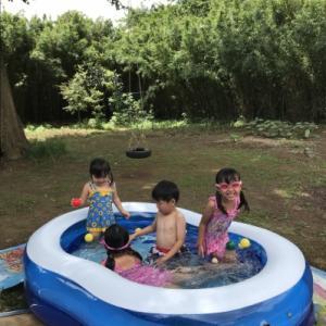 家庭用プールで遊ぶ