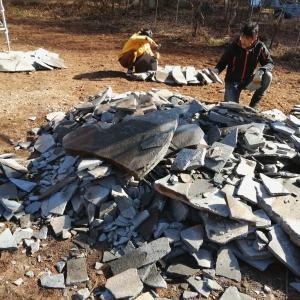 鉄平石の選別と割る作業。