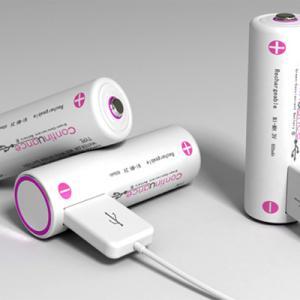 USBでの充電もできる、乾電池。