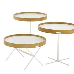 脚の向きによって高さを変えられる、テーブル。