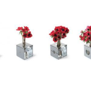 花の量によってサイズを変えられる、花瓶。