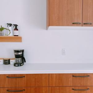 これは便利!!壁に付けられる家具の棚をキッチンに取り付け