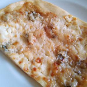 チーズとゴルゴンゾーラの切り売りピッツァ♪オレガノをかけて